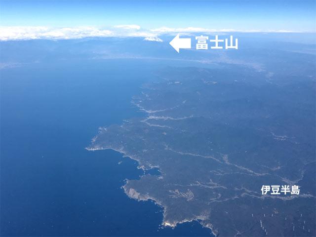 西から羽田に向かう航路から富士山を見た様子