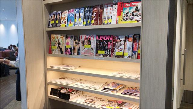 羽田空港 国際線ターミナル スカイラウンジ(SKY LOUNGE)中央の新聞・雑誌