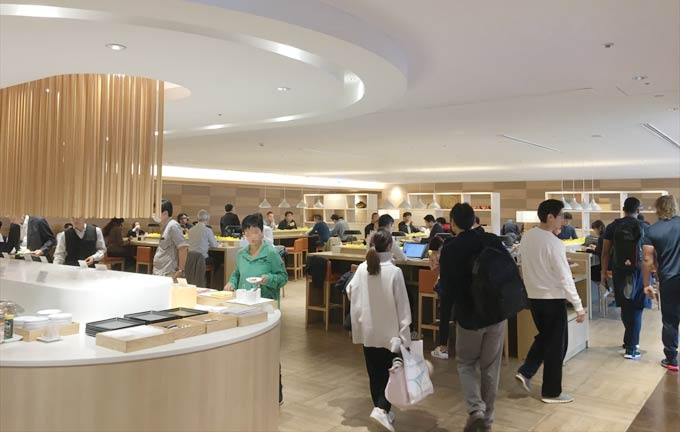 羽田空港 国際線 JALサクララウンジ ザ・ダイニングの室内