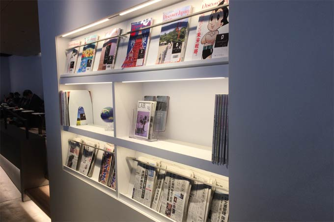 POWER LOUNGE NORTHの新聞と雑誌