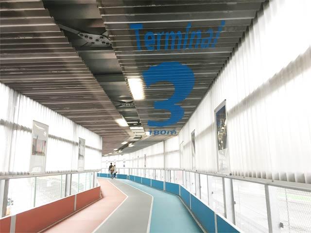 成田空港第3ターミナルに向かう通路の天井にも案内の文字が