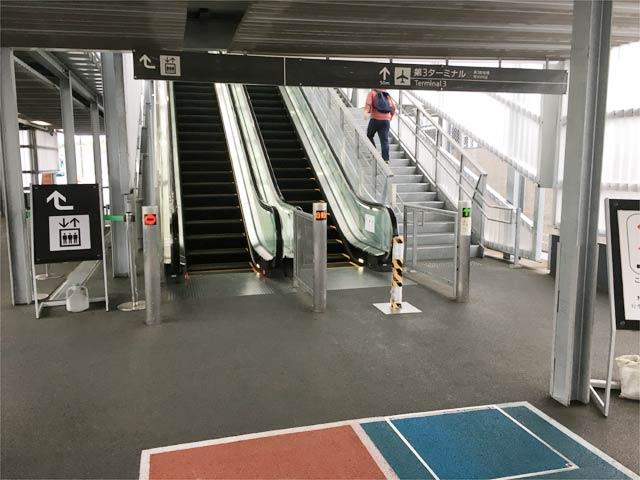 成田空港第3ターミナルに向かう最後のエスカレーター