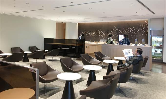 羽田空港 国際線 JALサクララウンジ 5階のラウンジはアルコールもあり
