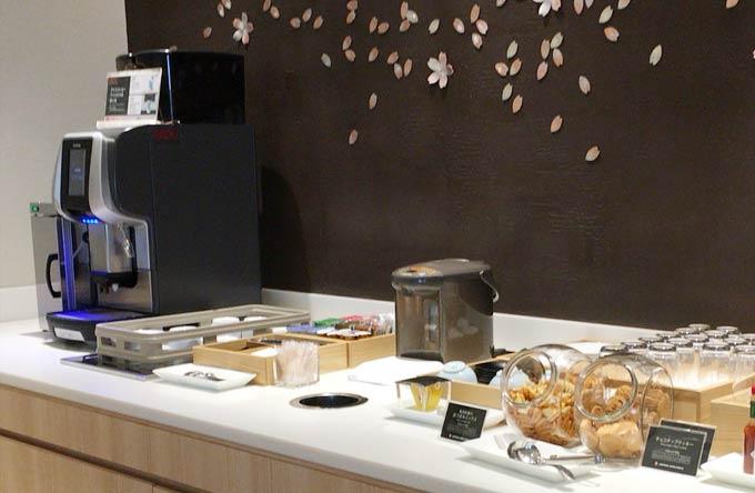 羽田空港 国際線 JALサクララウンジ 5階のコーヒーメーカーとおつまみなど